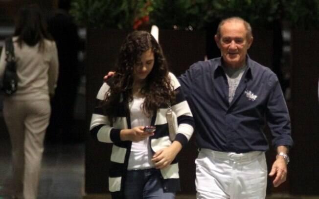Renato Aragão e Livian caminharam após o jantar