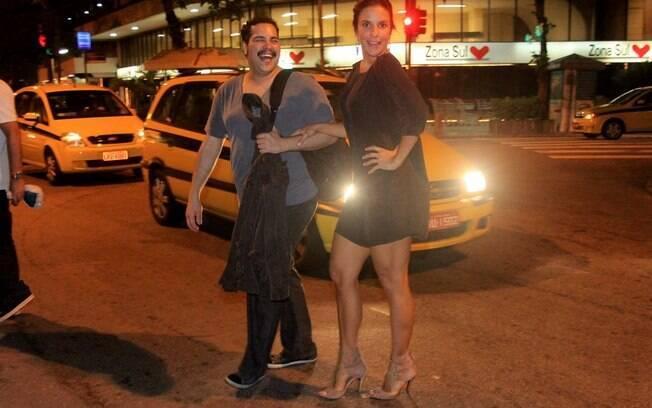 Após a apresentação, Ivete convida Tiago para jantar num restaurante do Leblon e eles seguem no carro da cantora