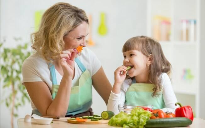 Ter uma alimentação saudável, combinada a outros hábitos sadios, pode prevenir doenças como o câncer