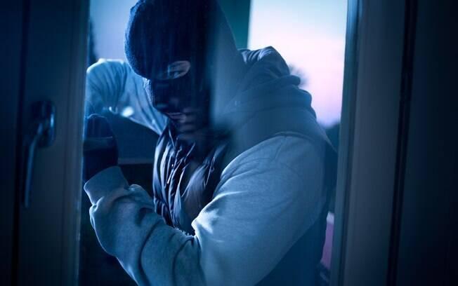 Mais de dois anos após assaltar um mercado, um ladrão decidiu que era plausível tentar processar o dono da loja