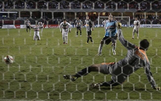Rogério bate no canto esquerdo de Victor e  marca para o São Paulo