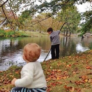 Vivian e Benjamin brincam em Nova York