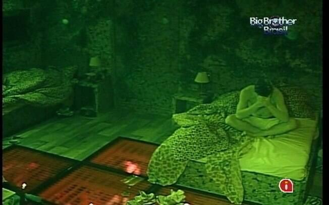 Antes de dormir na cama de casal do Quarto Selva, Fael faz uma oração