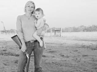 Fotografias mostram relação entre mulheres e armas de fogo nos Estados Unidos