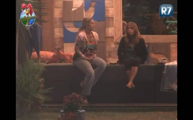 Valesca e Raquel conversam na área externa da sede