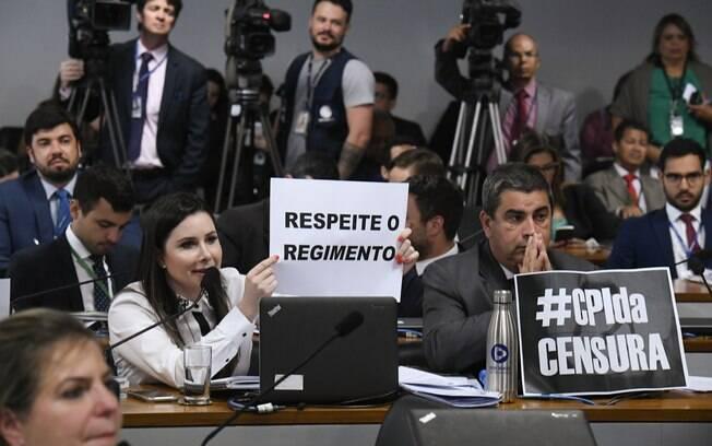 Durante sessão sobre CPI das Fake News, a deputada Caroline de Toni (PSL-SC) mostrou cartaz à bancada