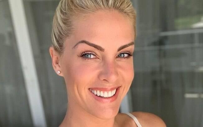 Como tratamento para acne, a apresentadora diz que adotou algumas medidas como limpar sempre a pele