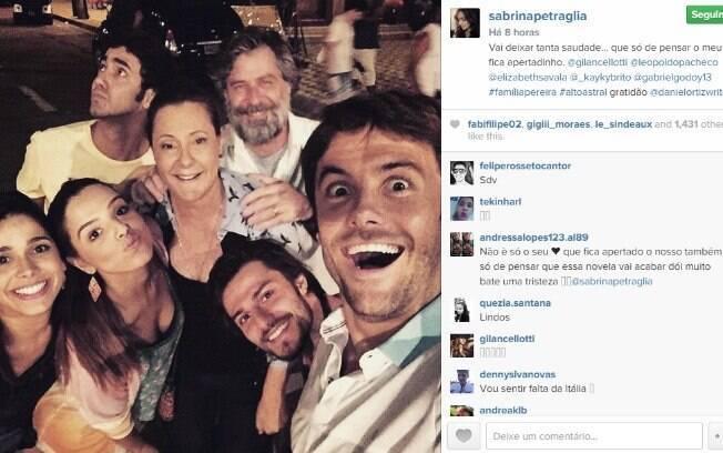 Sabrina Petraglia, que interpreta Itália na trama das 19h, posta foto de despedida com elenco de 'Alto Astral'