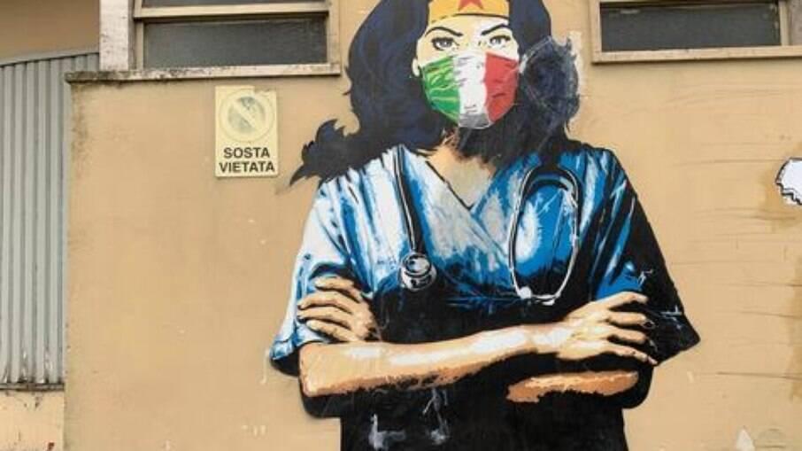 Mural da 'Mulher Maravilha' na luta contra a Covid em Codogno