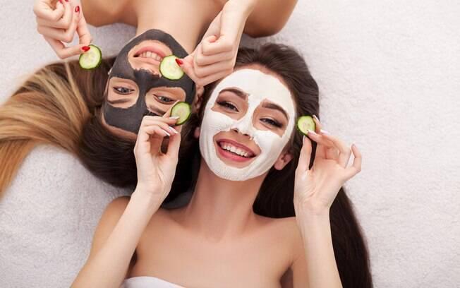 A máscara facial é uma forma muito prática de cuidar da pele, mas é preciso saber usar direito para sentir os benefícios