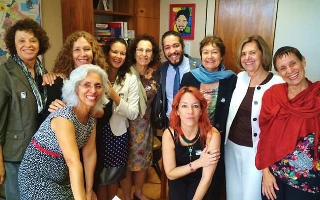 Jean Wyllys recebe da senadora uruguaia Constanza Moreira e de um grupo de feministas brasileiras um abaixo-assinado em defesa da descriminalização do aborto.