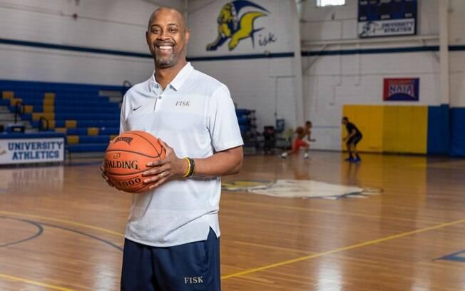 Anderson é técnico do time masculino de basquete da Universidade Fisk. Com o derrame ele perdeu parte da visão