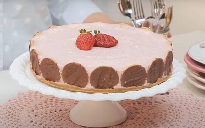 A torta mousse de morango é uma delícia servida gelada