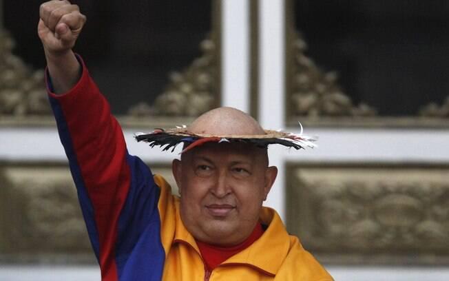 Chávez coloca 'chapéu da cura' oferecido por índia durante cerimônia em Caracas em setembro de 2011