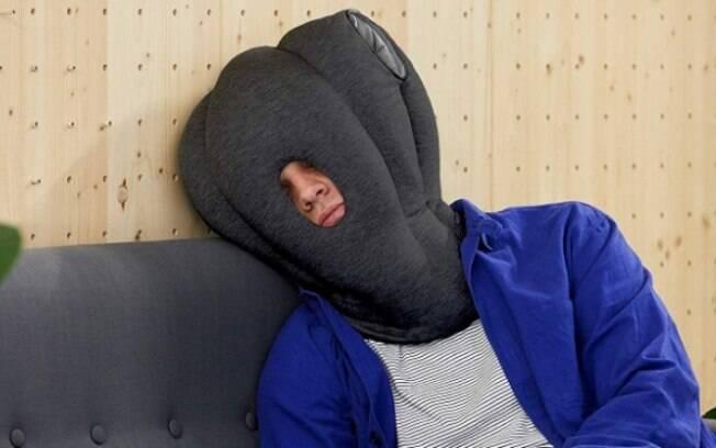 Travesseiro de aparência chamativa promete bloquear os sons ao redor e fazer a pessoa dormir melhor e ficar mais calma