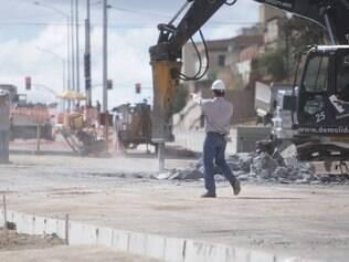 Cidades - Belo Horizonte - MG Recapeamento da via da Avenida Pedro I depois da retirada do viaduto que caiu na quarta-feira da semana passada  FOTO: FERNANDA CARVALHO / O TEMPO - 09.07.2014