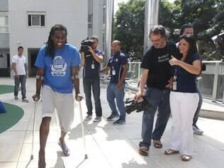 Esportes - O volante Tinga reuniu a imprensa em sua casa , na regiao Centro - Sul de Belo Horizonte MG,  apoiado em muletas e com dificuldade para se locomove r, ele falou sobre a recuperacao da que considera a pior lesao da carreira , ressaltou o apoio do Cruzeiro nesse momento dificil . O volante sofreu uma grave fratura na tibia e na fibula da perna direita durante treinamento na Toca da Raposa II , na ultima sexta - feira . Passou por cirurgia no sabado e segue se recuperando . Foto: Alex de Jesus/O Tempo 28/08/2014