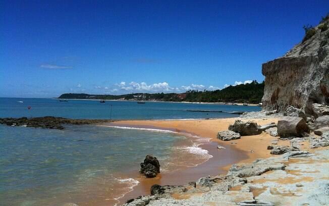 Praia do Espelho tem maré baixa e corais à mostra