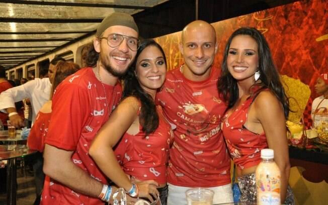 Alessandro, capitão do Corinthians, também  curtiu a festa no sambódromo de São Paulo