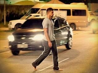 Sonâmbulo, Jorginho sai perambulando pela rua, entre os carros