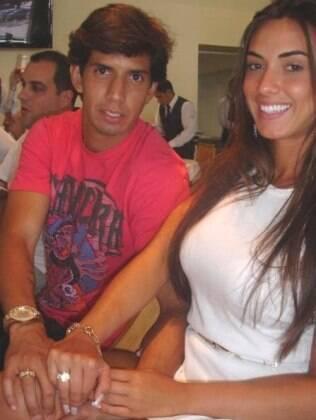 Victor Ramos e Nicole Balhs exibem aliança de compromisso