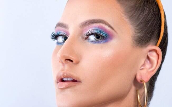 Criar um olho esfumado pode ser a opção perfeita de uma maquiagem para o carnaval bastante colorida e cheia de estilo