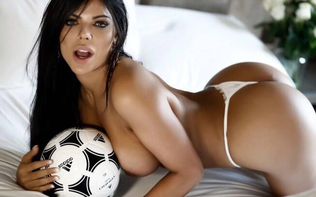 A musa Suzy Cortez lança linha de lingerie para assistir jogos da Copa do Mundo