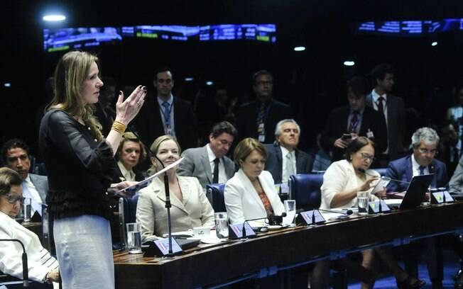 Senadora Vanessa Grazziotin (PCdoB-AM) em pronuncimanento na Sessão deliberativa extraordinária