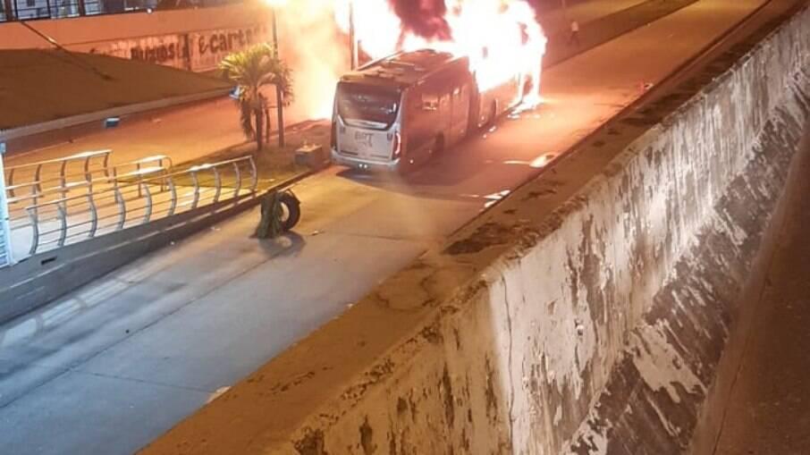 Ônibus pegou fogo próximo à estação Campinho
