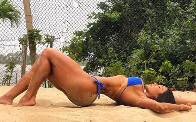 Gracyanne Barbosa compartilha foto de biquíni e volta a chamar atenção com corpo impecável