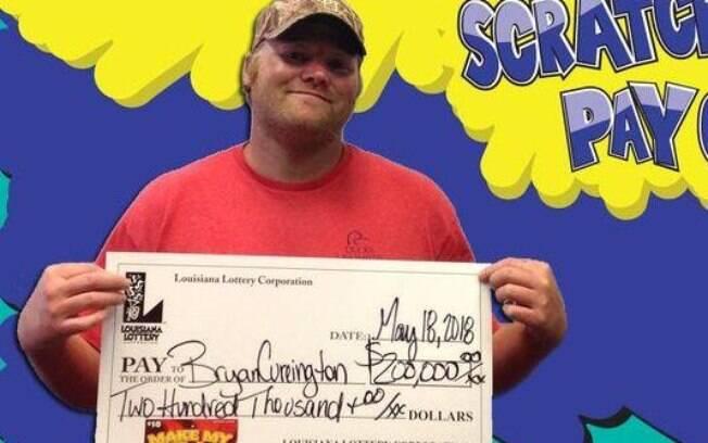 Ao encontrar o bilhete e perceber que ele era premiado, o americano correu para a loteria e resgatou o seu prêmio