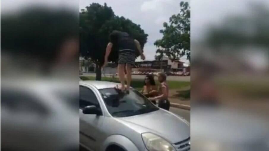 Homem persegue e vandaliza carro de mulher após batida de trânsito
