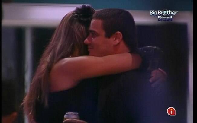 Monique e Rafa se abraçam depois de fazer s pazes
