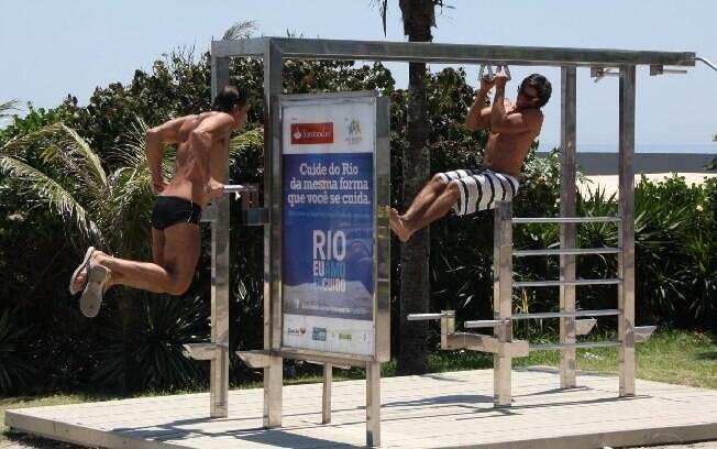 Beto e Rodrigo Simas não se incomodaram com o sol escaldante e fizeram juntos uma série de exercícios na barra
