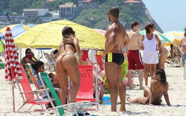 Movimentação de banhistas na região da Barra da Tijuca no Rio de Janeiro