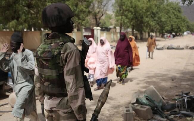Civis passam por posto de controlo com soldados nigerianos em Gwoza, Nigéria (8/04)