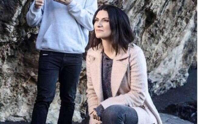 """Laura Pausini lidera as plataformas digitais com seu novo sucesso """"Non È Detto""""."""
