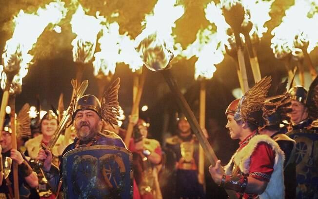 Na capital escocesa, os festejos de Ano Novo começam com procissão de homens fantasiados de vikings e pessoas segurando tochas