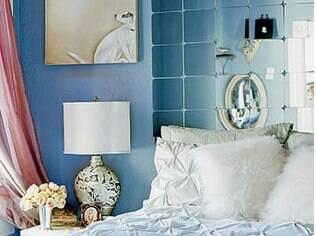 Para criar um visual descolado, espelhos deram forma à cabeceira da cama