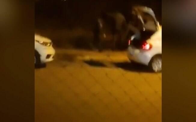 Vídeo flagra policiais agredindo homem em abordagem em Cosmópolis