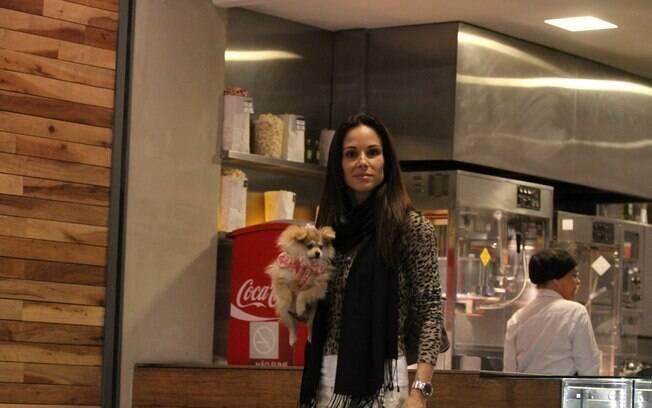 Ana Furtado circula com seu mascote pelo centro de compras
