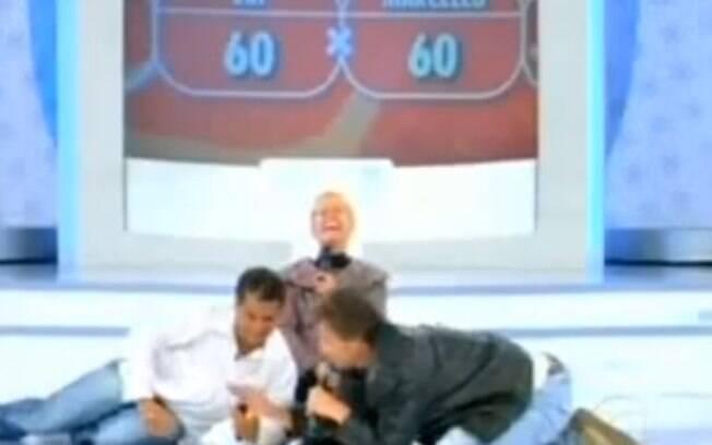 Xuxa teve uma crise de riso durante uma brincadeira com o ator Marcello Novaes no 'TV Xuxa'