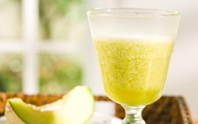 Foto da receita Suco de laranja com melão e hortelã pronta.