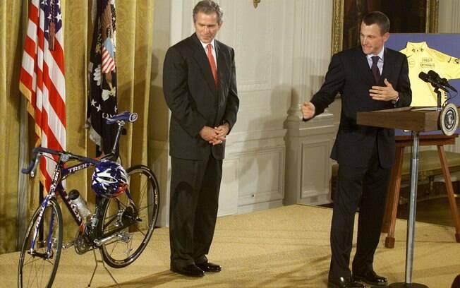 Lance levou a sua bicicleta para Bush, então  presidente dos EUA, também em 2001