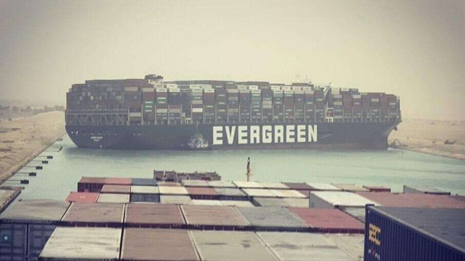 Navio Evergreen encalhado no Canal Suez
