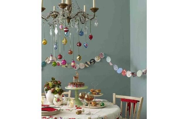 O lustre e a parede azul dão suporte para a ocupação natalina. Romantismo e simplicidade na decoração da casa