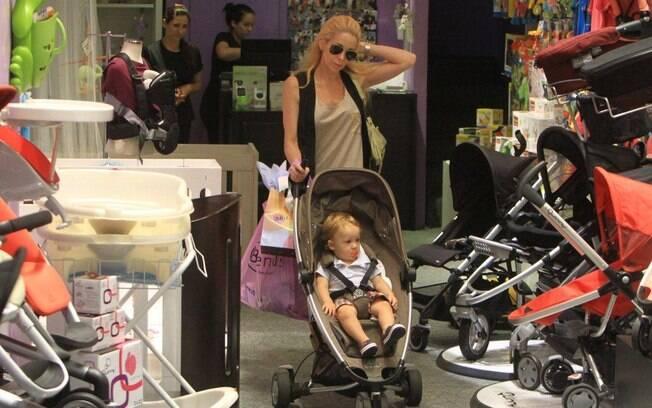 Mãe e filho deixam a loja