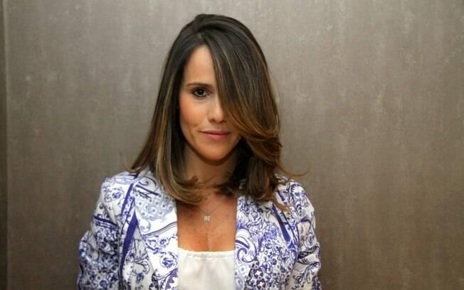 Fernanda Pontes muda o visual e tira pontas loiras dos fios