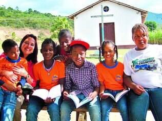 Abrangência. A criadora do projeto, Andreia Donadon Leal, durante entrega de exemplares em Serra do Carmo, um distrito de Mariana