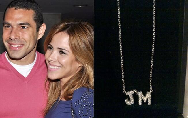 O colar que Wanessa ganhou de Marcus Buaiz, com as iniciais do filho do casal
